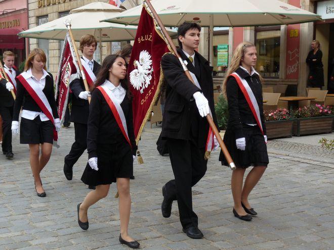 Po uroczystym apelu dookoła Rynku przeszła Parada Pocztów Sztandarowych.