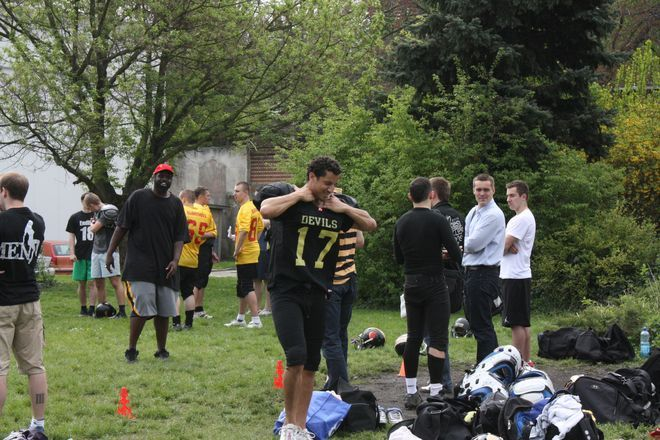 Trening futbolu amerykańskiego na terenie Uniwersytetu Ekonomicznego.