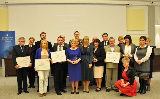 Wicepremier Elżbieta Bieńkowska wraz z laureatami konkursu