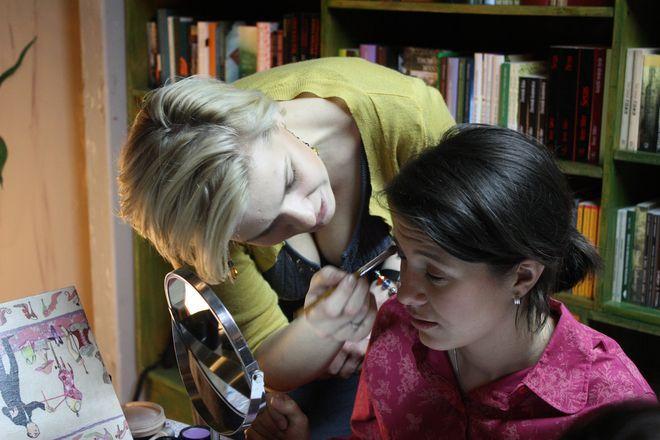 Jak zrobić dobry makijaż - uczy Roma Szafarek.