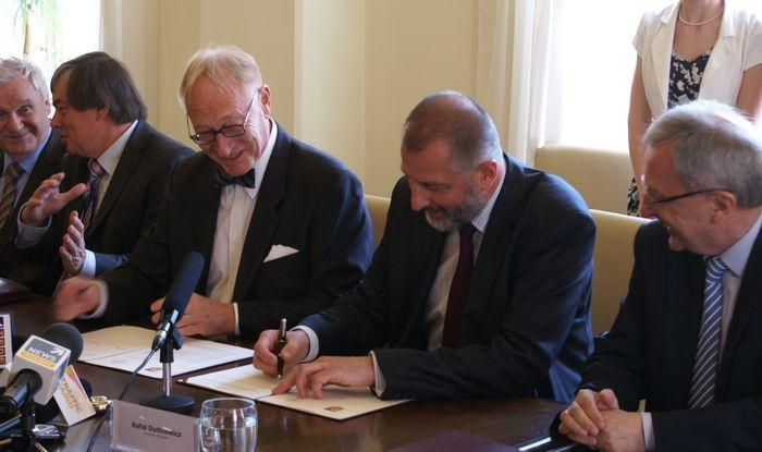 Lars Walløe i Rafał Dutkiewicz podpisują w kwietniu 2011 r. list intencyjny w sprawie utworzenia we Wrocławiu drugiej siedziby AE