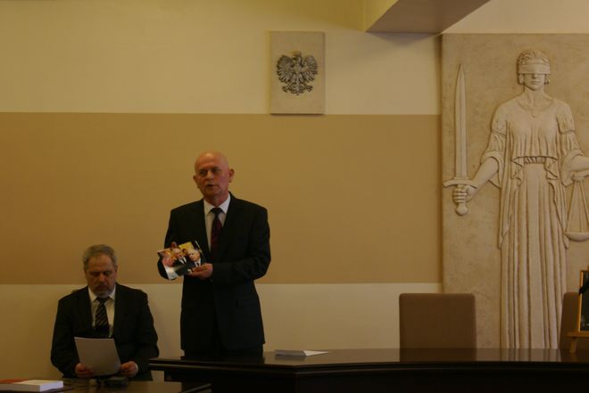 Prof. Zdzisław Kubot pokazuje wspólne zdjęcia z Lechem Kaczyńskim.