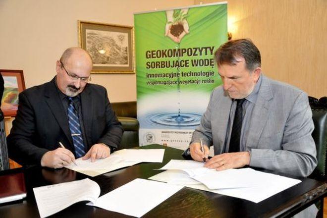 Umowę licencyjną dotyczącą geokompozytów sygnowali rektor prof. Roman Kołacz oraz prezes zarządu spółki Geotabo Grzegorz Przybyłko