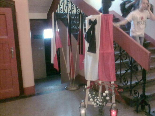 Kwiaty, flaga i znicze w IX Liceum Ogólnokształcącym.