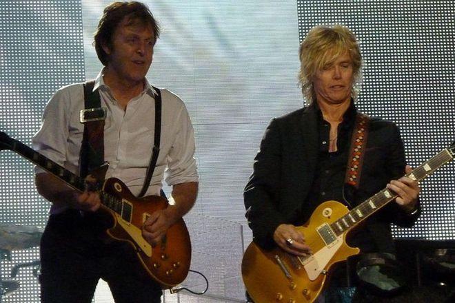 Paul McCartney (z lewej) i Brian Ray na koncercie w Dublinie w 2010 roku
