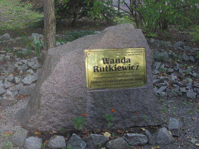 Kamień z tablicą pamiątkową poświęconą Wandzie Rutkiewicz na terenie II Liceum Ogólnokształcącego we Wrocławiu
