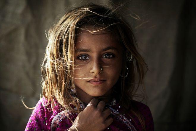 Dziewczynka należy do plemienia koczowniczych pasterzy Rabari