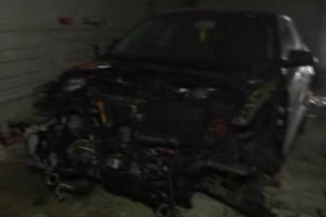 Jedno z rozebranych na części aut zabezpieczone przez policjantów