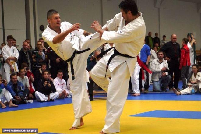 Policyjny karateka z Wrocławia w akcji