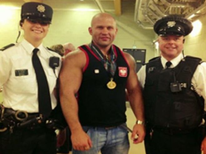 Z medalem w asyście irlandzkich policjantów