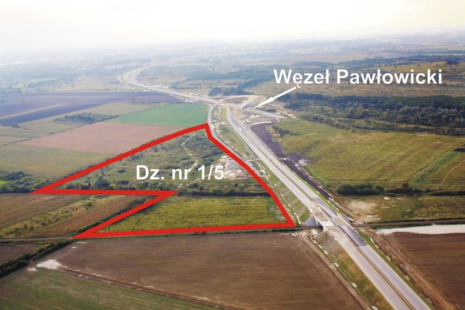 Działka leży w bezpośrednim sąsiedztwie trasy S8, łączącej się z AOW