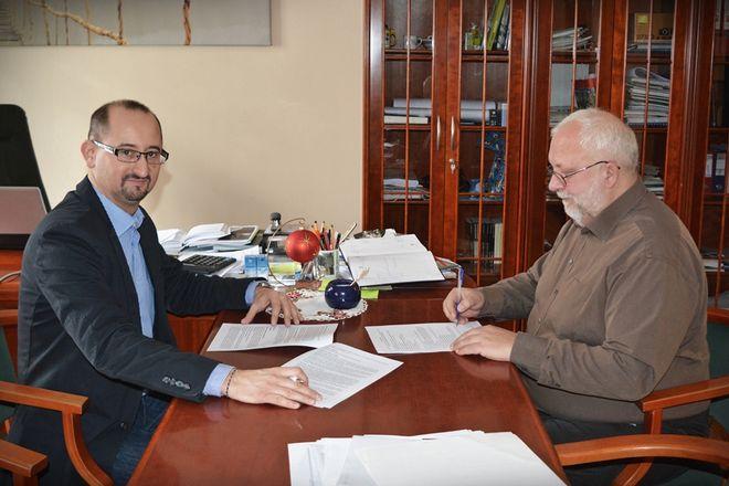 Robert Banasiak (z lewej) i Radosław Ratajszczak w trakcie podpisywania umowy