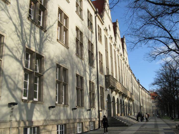 W sali nr 102 w budynku C-7 Politechniki Wrocławskiej studenci poznają tajemncie stadionu.