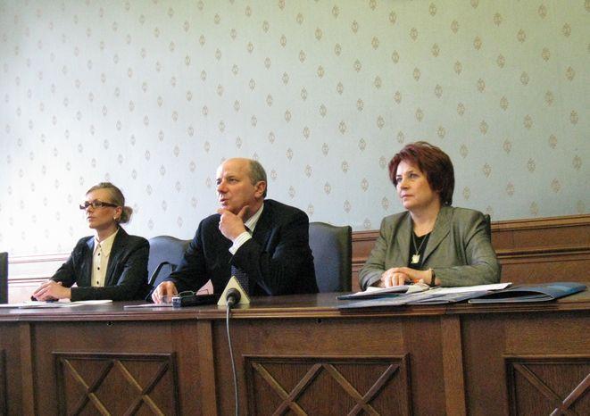 Magdalena Piasecka, Adam Grehl i Regina Danek przedstawiają ofertę miasta.