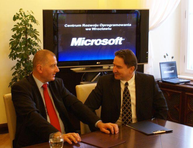 Andrzej Rusewicz (z prawej) z Microsoftu jest pewien, że Wrocław to dobre miejsce dla amerykańskiego koncernu.