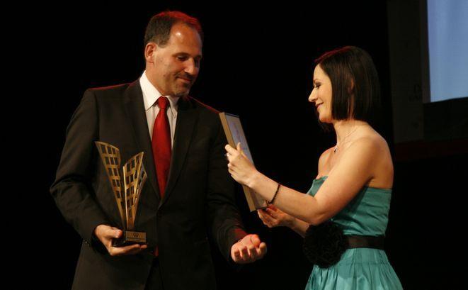 Prezes zarządu GANT Development Karol Antkowiak odbiera nagrodę dla najbardziej rozpoznawalnego dewelopera we Wrocławiu z rąk Katarzyny Cyprynowskiej