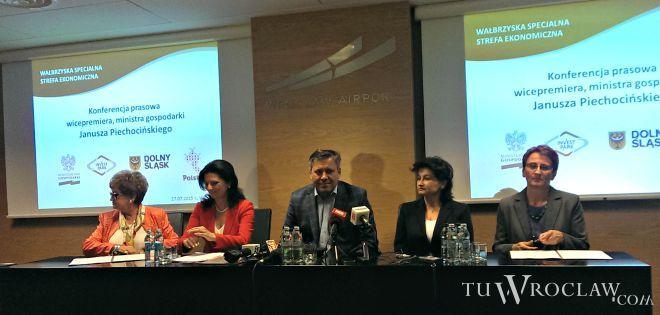 - GKN Driveline zainwestowało w strefie prawie 90 mln złotych i zatrudniła blisko 900 osób - mówi Barbara Kaśnikowska (pierwsza od prawej)
