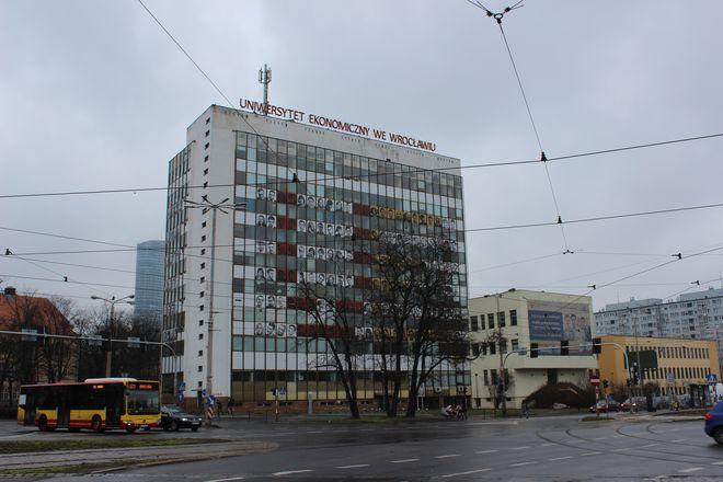 Budynek stoi na terenie kampusu Uniwersytetu Ekonomicznego we Wrocławiu