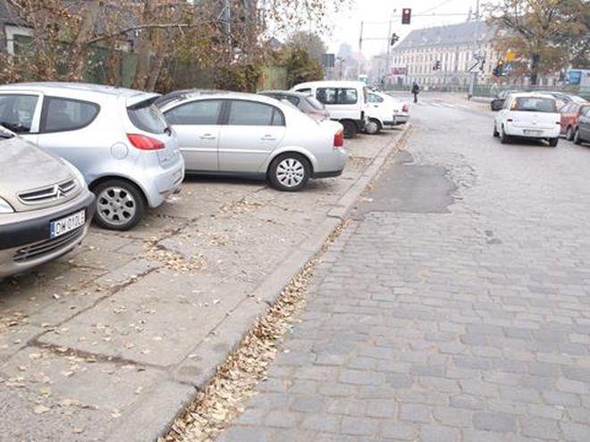 Po stronie północnej chodnik na ulicy księcia Witolda jest całkowicie zastawiony przez samochody