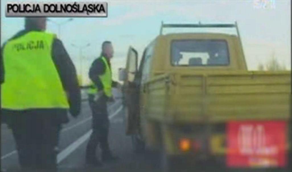 Policjanci musieli użyć siły, by pijany kierowca wysiadł z pojazdu