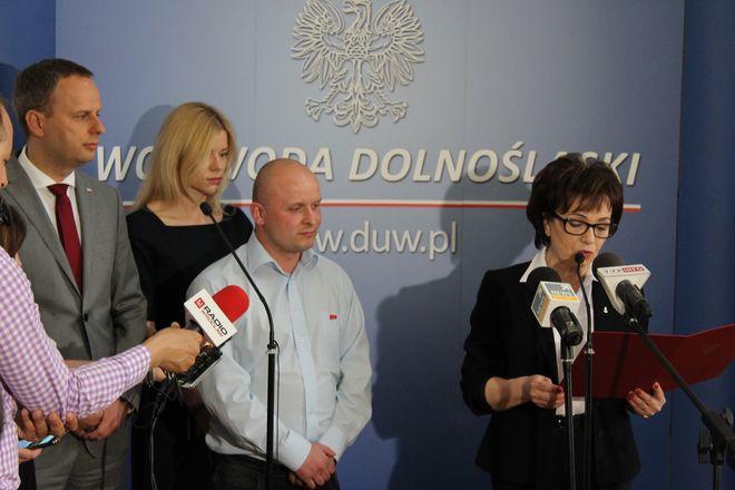 Dariusz Kądziela (w środku) odbiera podziękowania od minister Elżbiety Witek