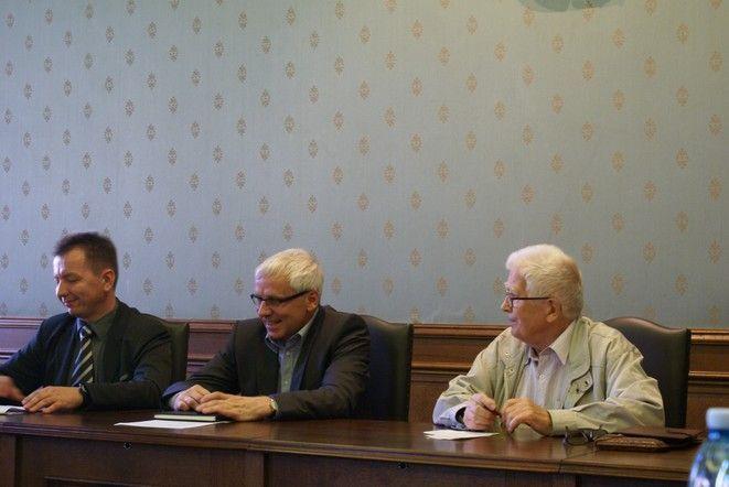 O zmianie stawek dla organizacji kombatanckich poinformowali: wiceprezydent Wroclawia Jarosław Obremski i Dominik Golema, wicedyrektor departamentu Spraw Społecznych