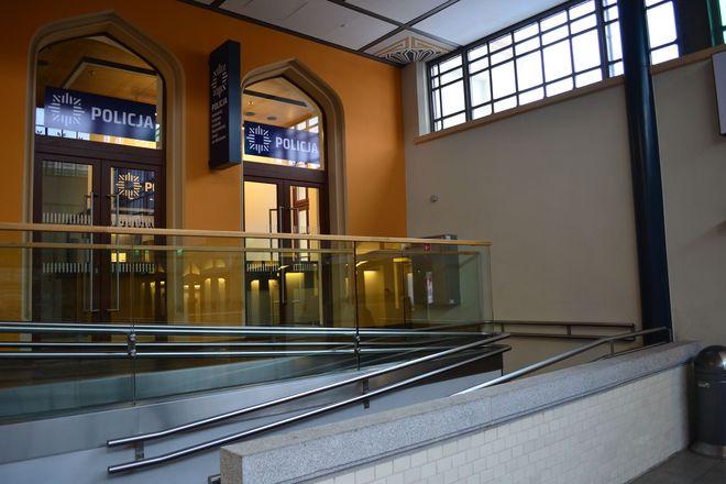 Wejście do placówki z holu głównego