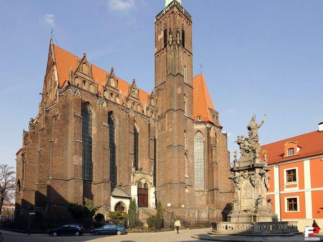 To przy tym kościele trwa obecnie remont i ustawione są rusztowania