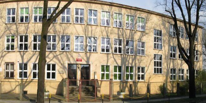 LO nr 6 we Wrocławiu mieści się przy ulicy Hutniczej 45