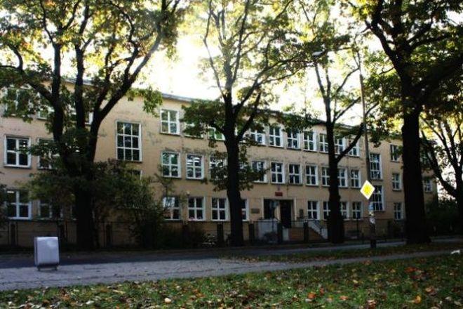Liceum mieści się przy ul. Hutniczej