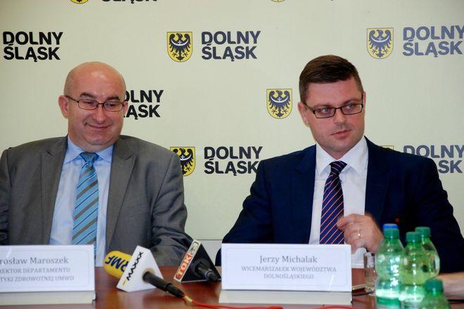 Decyzję ogłosili w środe Jarosław Maroszek (z lewej) i Jerzy Michalak, wicemarszałek województwa