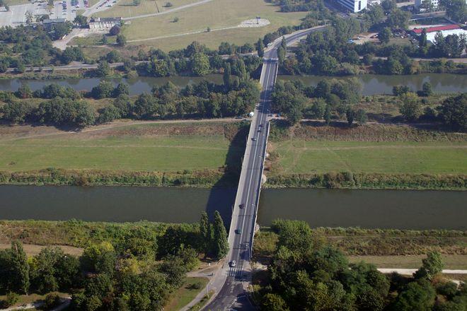 Most Chrobrego (Swojczycki) widziany z lotu ptaka, tylko w wakacje nie bywa zatłoczony