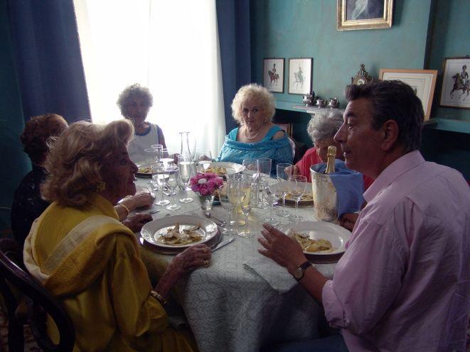 Kadr z filmu ''Obiad w środku sierpnia''.