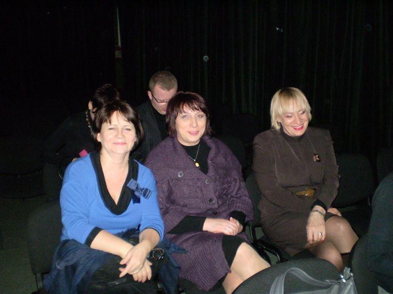 uczestniczki spektaklu tuż przed premierą
