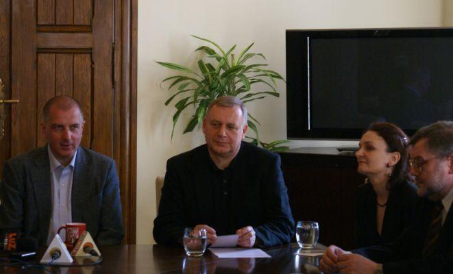 Rafał Dutkiewicz, Roman Gutek, Urszula Śniegowska i Jarosław Broda podczas dzisiejszej konferencji prasowej.