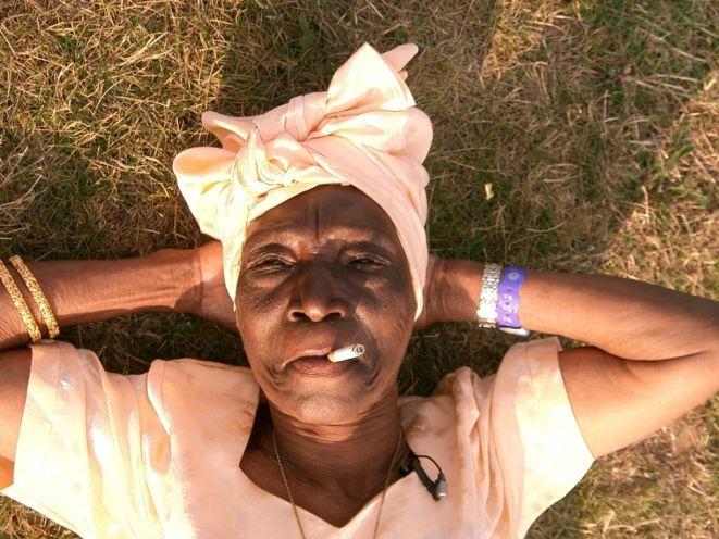 Bi Kidude, 100-letnia ''bosa diva'' Zanizibaru, po dziś dzień popija drinki, pali cygara, flirtuje, tańczy i gra na bębnach.