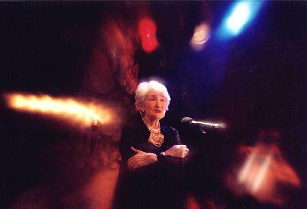 Irena Urbańska uchodzi za niezwykle przenikliwą interpretatorkę pieśni jidysz, które porywają słuchaczy.