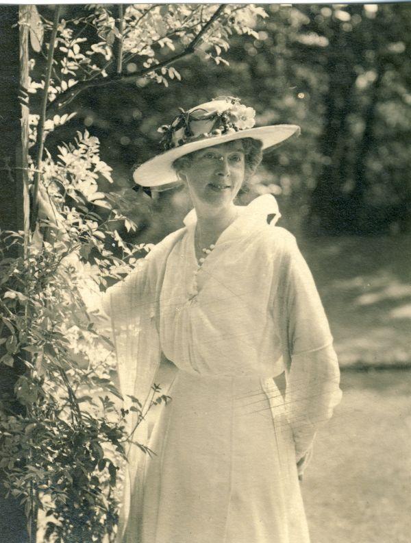 Księżna Daisy w ogrodzie.