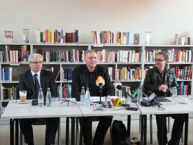 Jarosław Obremski, Roman Gutek oraz Kostas Georgakopulos na konferencj prasowej poświęconej festiwalowi.
