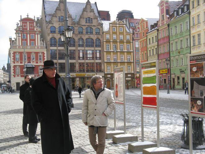 Prezydent Rafał Dutkiewicz i Andrzej Kosendiak, dyrektor Filharmonii Wrocławskiej podziwiają wystawę.