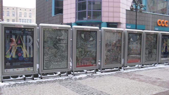 """Fragmenty scenografii autorstwa Michała Hrisulidisa do musicalu """"Hair"""" na ulicznej wystawie za Przejściem Świdnickim."""