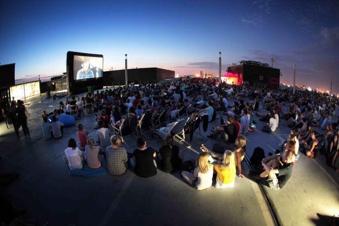 Letnie kino na dachu Renomy przyciąga widzów co roku