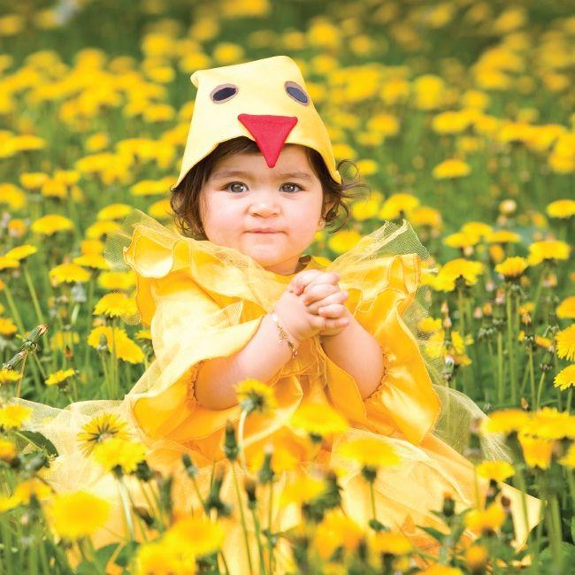 Imię półtorarocznej Narminy z Azerbejdżanu oznacza ''delikatna''. Dziewczynka ma na sobie azerski strój do Cucelerim - dziewczęcego tańca kurczaczków.