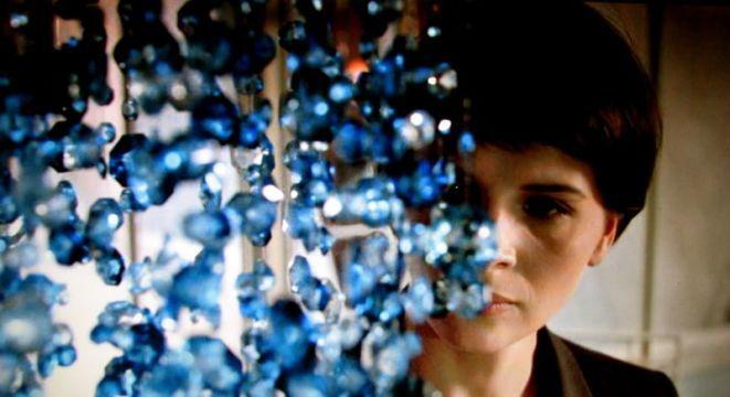 Kadr z filmu ''Trzy kolory: Niebieski''. W rolę wdowy Julie wcieliła się Juliette Binoche.