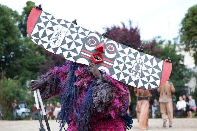 Tancerze masek z plemienia Nuna.