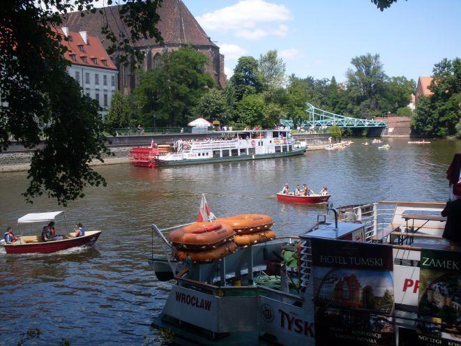 W lecie po Odrze można popływać statkiem, łódką lub kajakiem.