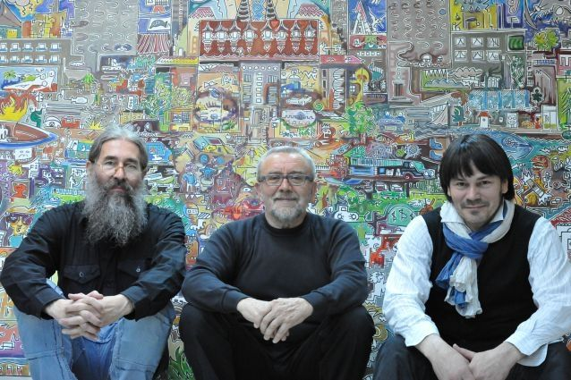 Członkowie jury Biennale na tle zwycięskiej pracy.