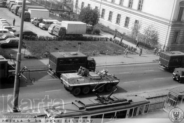 Milicyjne transportery opancerzone SKOT na ulicy Kaimierza Wielkiego.