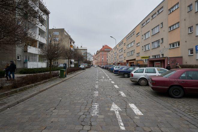 Ulica Kotlarska widok w stronę skrzyżowania z Krowią