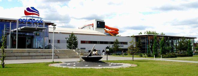 Mobilny Klub Fitness stanie przed budynkiem Aquaparku